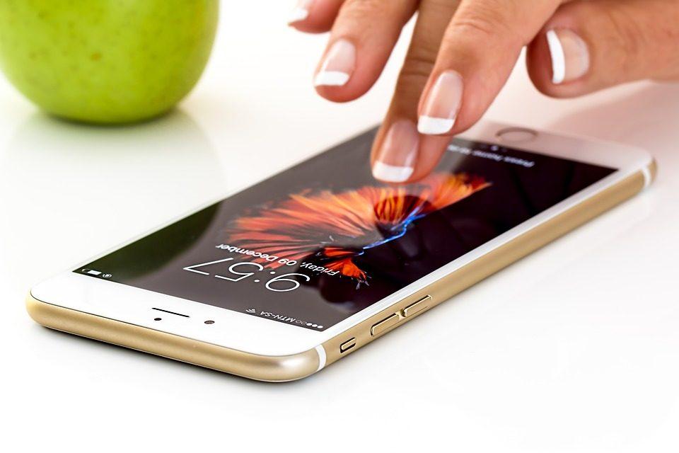 É possível usar celular com aparelhos auditivos?