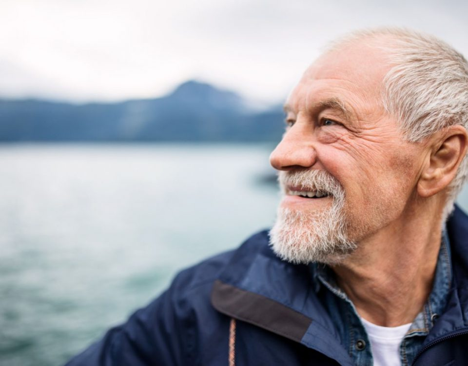 É comum que idosos tenham deficiência auditiva relacionada à idade avançada. Acesse e saiba também sobre acessórios para aparelho auditivo!