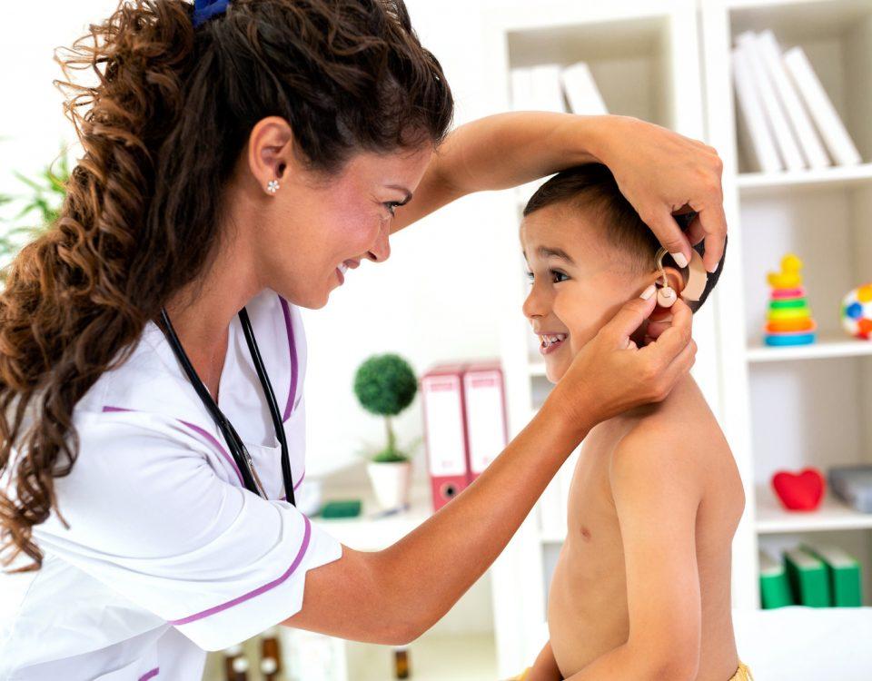 crianças-com-aparelhos-auditivos-dicas-e-cuidados
