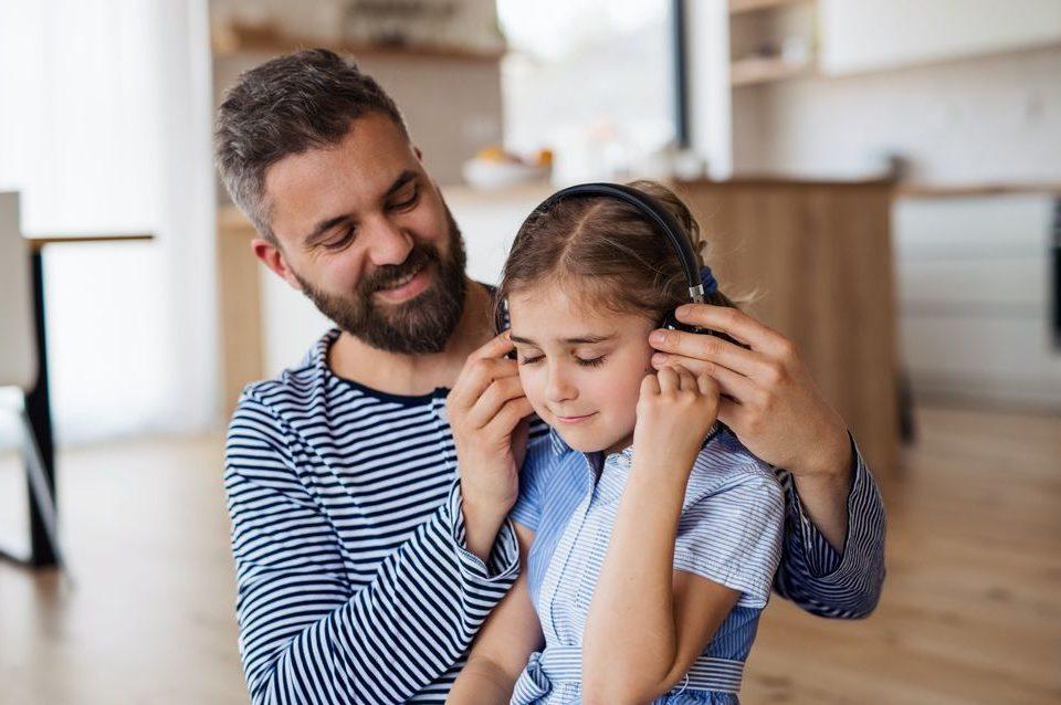 A deficiência auditiva também pode afetar os pequenos. Saiba mais sobre as causas, tratamento e acessórios para aparelho auditivo.